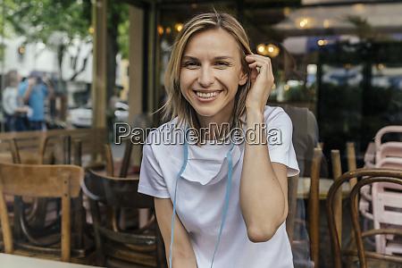 retrato de mulher sorridente com mascara