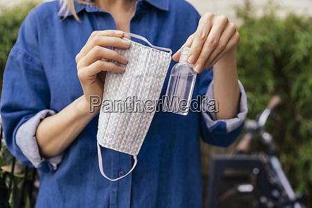 close up de mulher segurando desinfetante