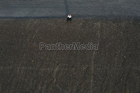 empresario masculino sentado na colina vista