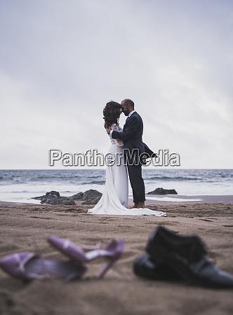 casal de noivas na praia