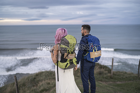 casal de noivas no mirante e