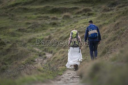 casal de noivas com mochilas de