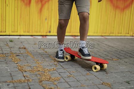 pernas de menino andando de skate