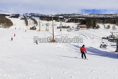 bjorli village esquiadores piste e elevador