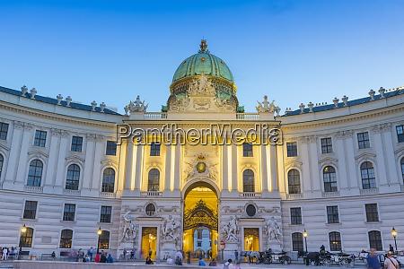 palacio hofburg ao anoitecer viena Austria