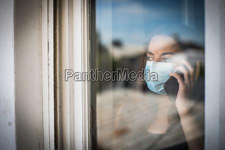 mulher falando no celular enquanto usava
