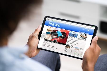 lendo artigos eletronicos de noticias