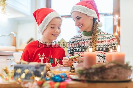 familia se divertindo assando biscoitos para