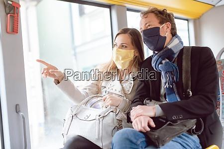 casal em onibus de transporte publico