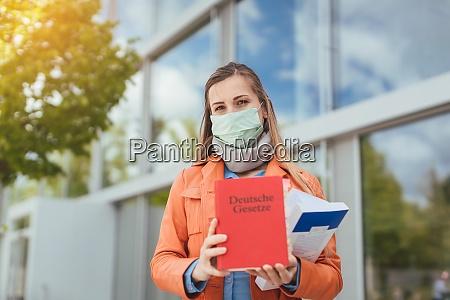 mulher estudante usando mascara em frente