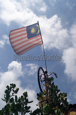 bandeira da malasia pendurada em bicicleta