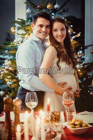 casal comemora o natal a esposa