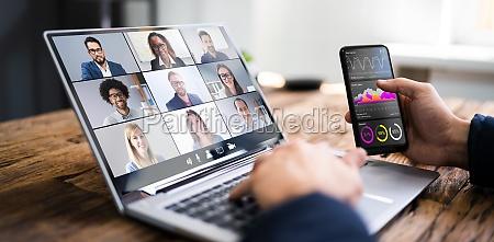 assistindo videoconferencia webinar meeting