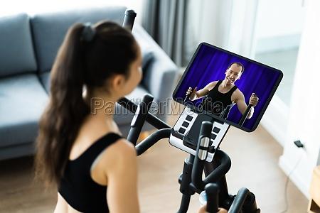 mulher treinando em treinador eliptico online