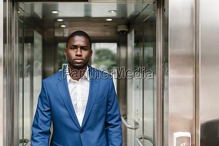 jovem profissional confiante andando no corredor