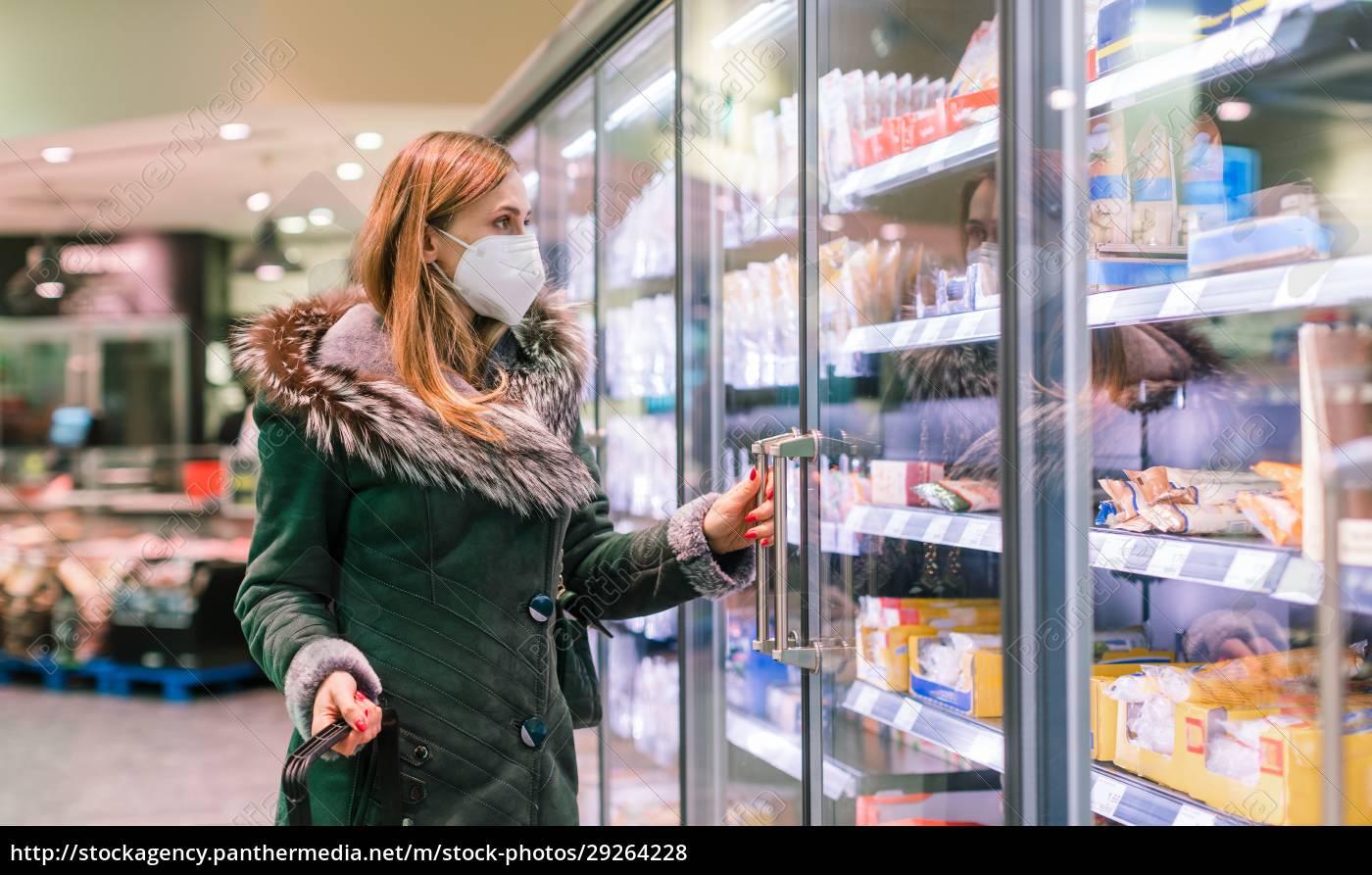 mulher, na, seção, de, freezer, de - 29264228