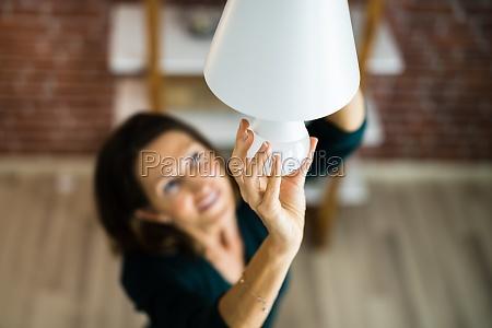 mudanca de lampada led eletrica na