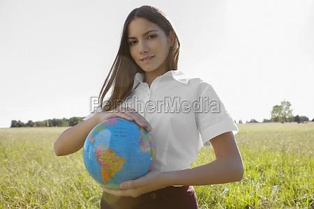 retrato de uma adolescente segurando um