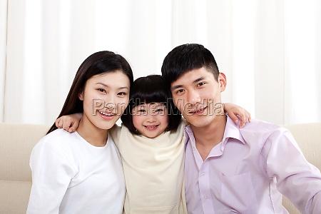 filha dos pais comemorando aniversario
