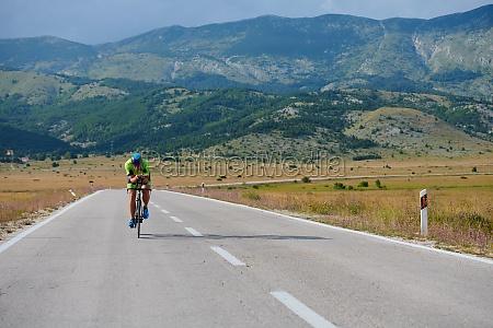 atleta de triatlo andando de bicicleta