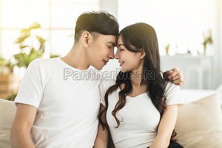 jovem casal cara a cara com
