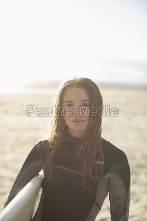 retrato linda jovem surfista com cabelo